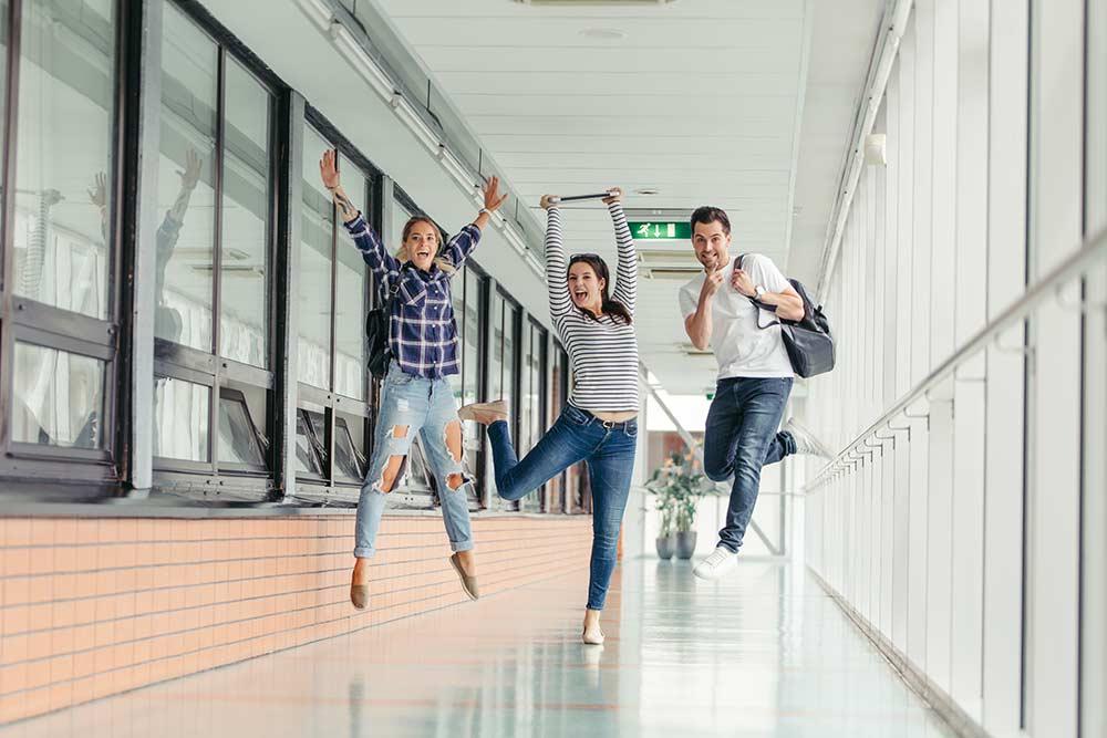 Estudantes felizes na universidade