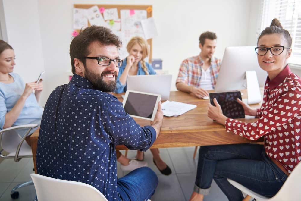 Equipe em reunião durante o trabalho