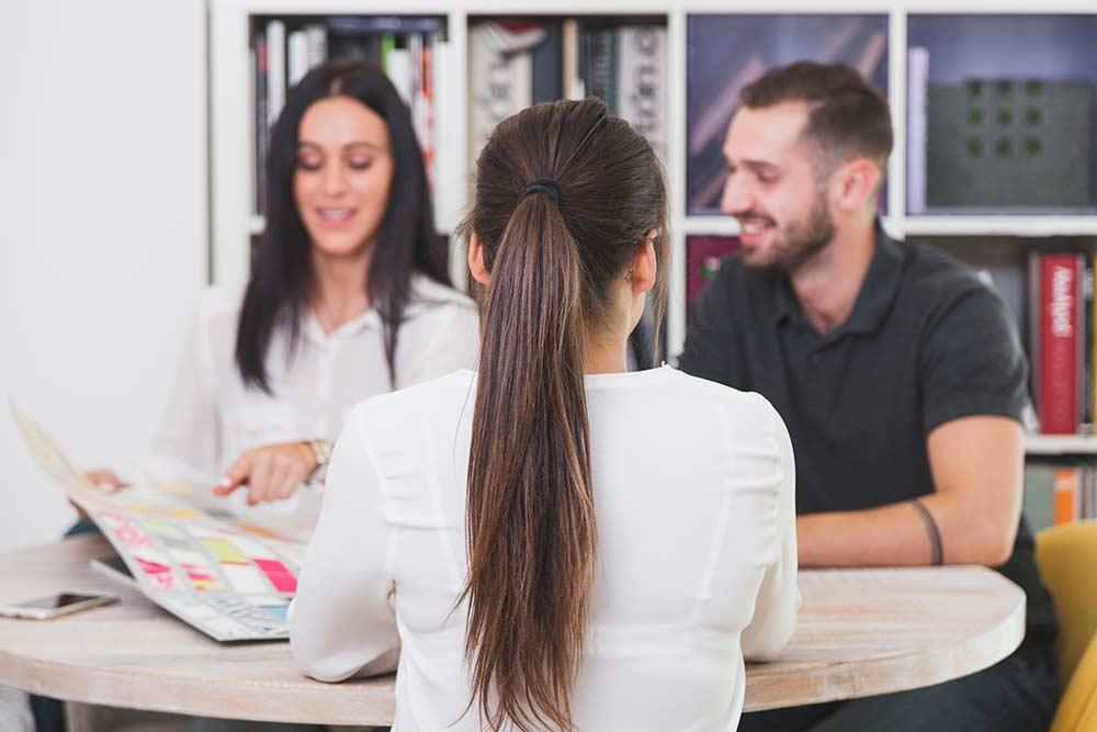 Mulher falando no escritório