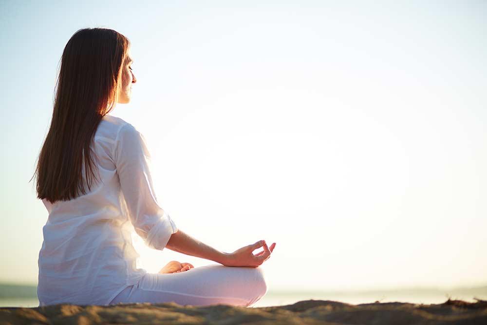 Jovem tranquila, meditando