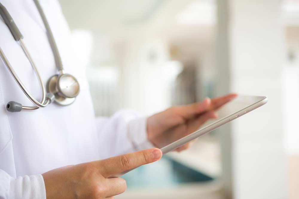Jovem médico usando tablet