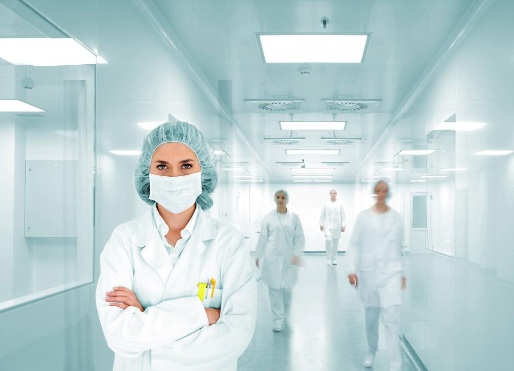 Farmacêutica em laboratório / fábrica