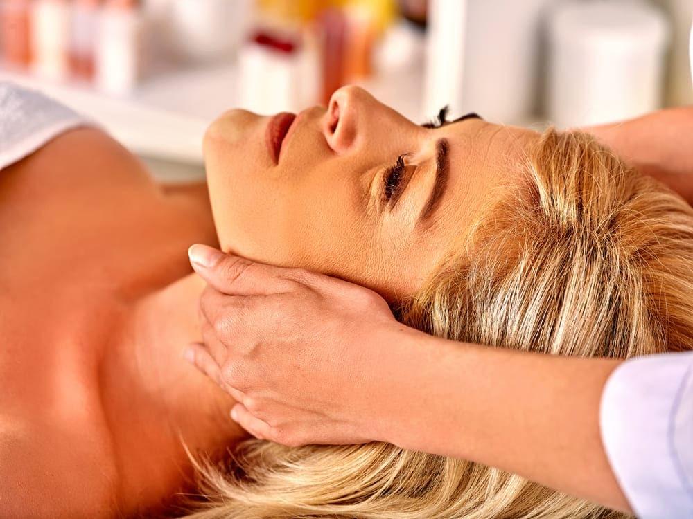 profissional aplicando massagem facial