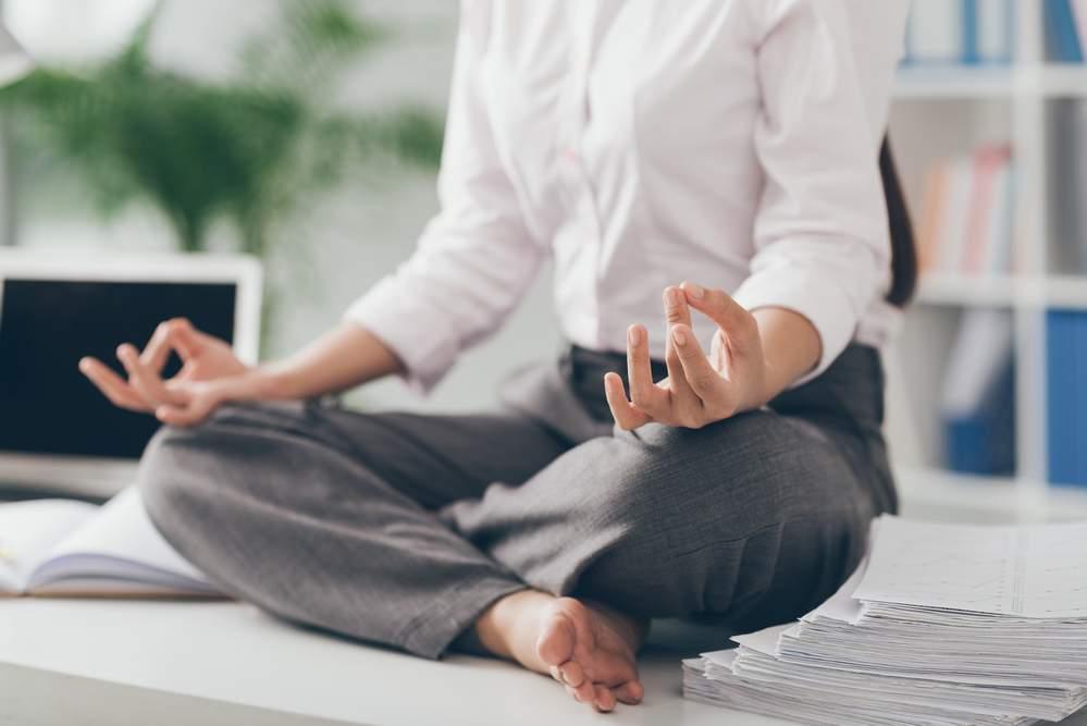 funcionária meditando